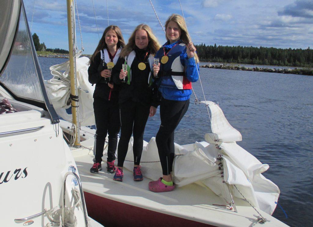 Railcare Soling seglades av dom tre unga tjejerna Moa Hedman, Selma Wikberg och Niva Sjöstedt. Dom lyckades både med medaljplats och att sänka medelåldern radikalt